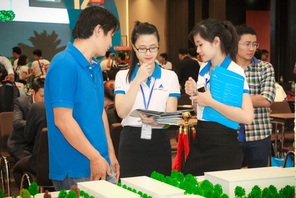 BĐS là một trong những nghề không yêu cầu cao về bằng cấp hay kinh nghiệm, chấp nhận cả sinh viên vừa làm vừa học.